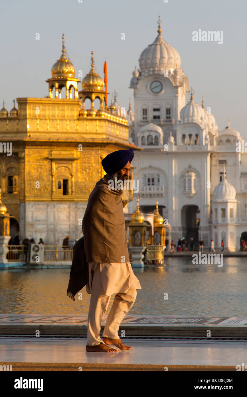 India, Punjab, Amritsar, Sikh in traditional clothing walking around Golden temple complex - Stock Image