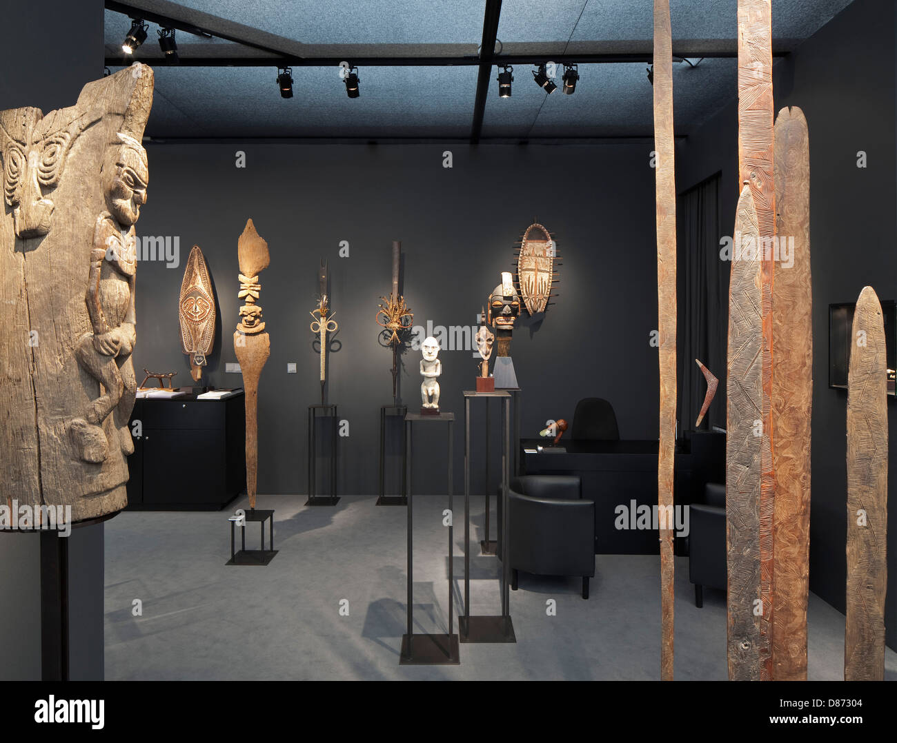 Galerie Meyer Oceanic Art London United Kingdom. Architect Selldorf Architects 2012. View looking into booth showing exhibit & Galerie Meyer Oceanic Art London United Kingdom. Architect Stock ...