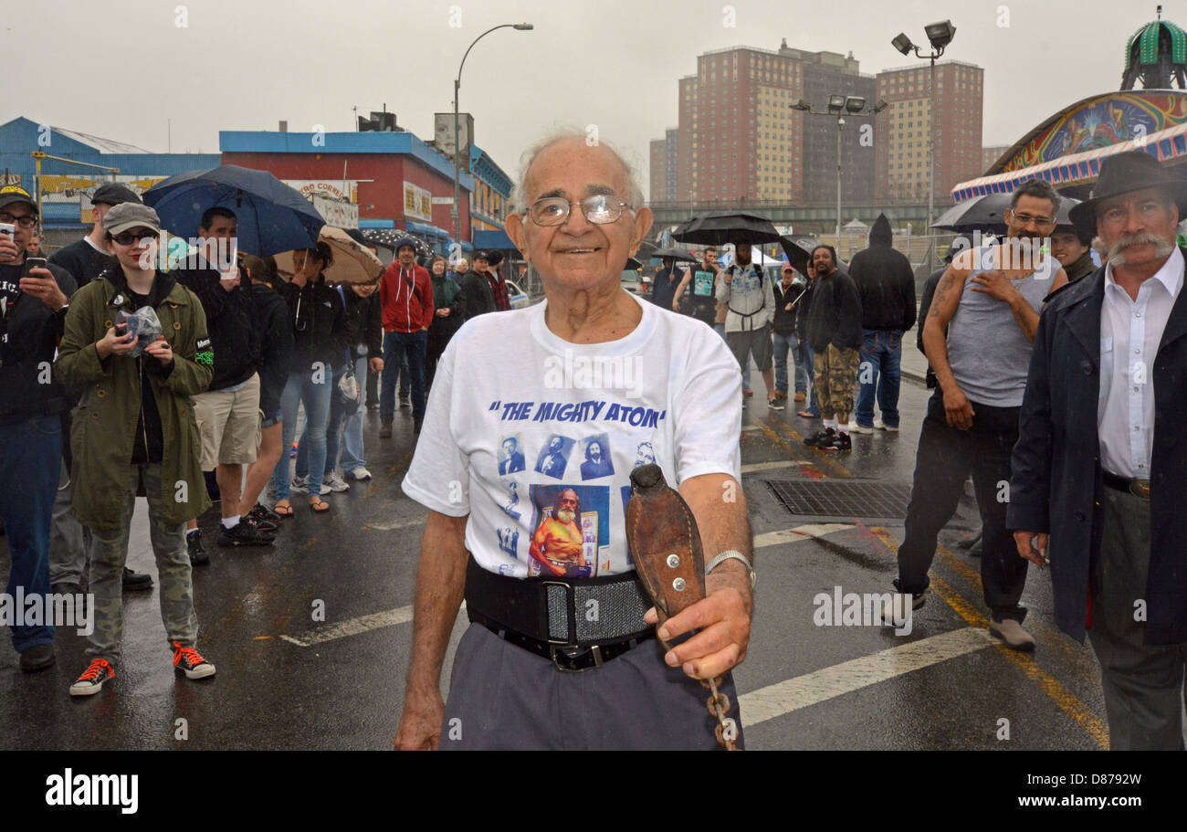 92 year old strongman Michael Greenstein, The Mighty Atom, pulls a car with his teeth in Coney Island, Brooklyn, Stock Photo