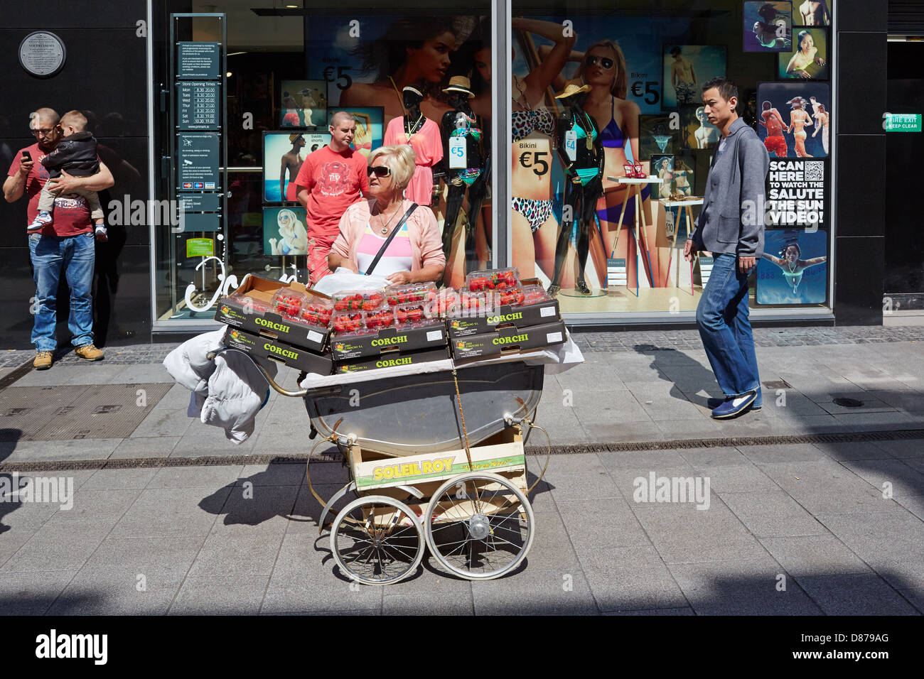 Dublin Street trader sells strawberries from a pram. Mary Street, Dublin, Republic of Ireland - Stock Image