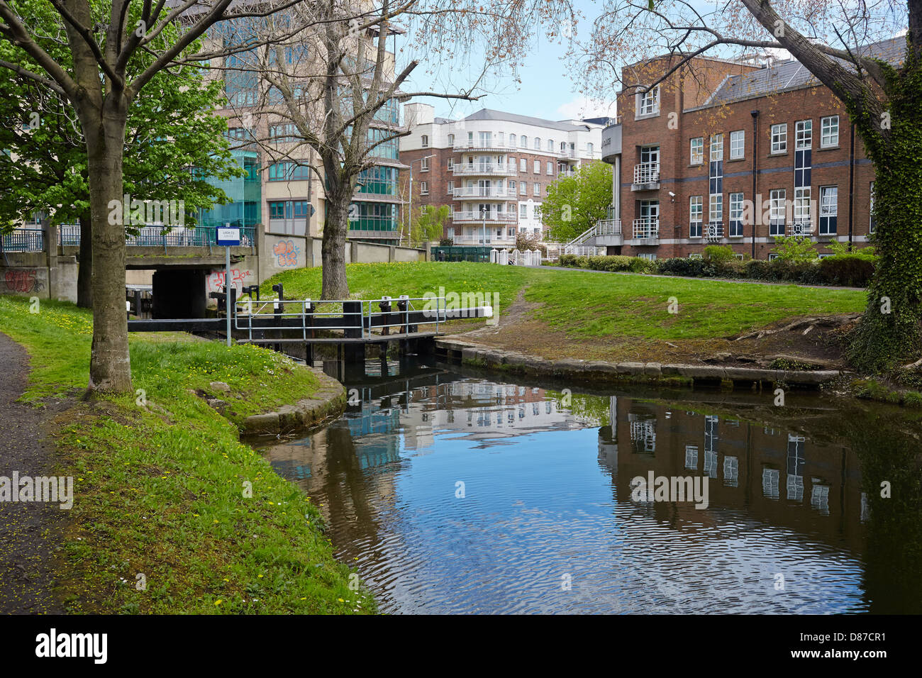 View of the grand Canal by lock C1 on Clanwilliam Place, Dublin, Ireland - Stock Image