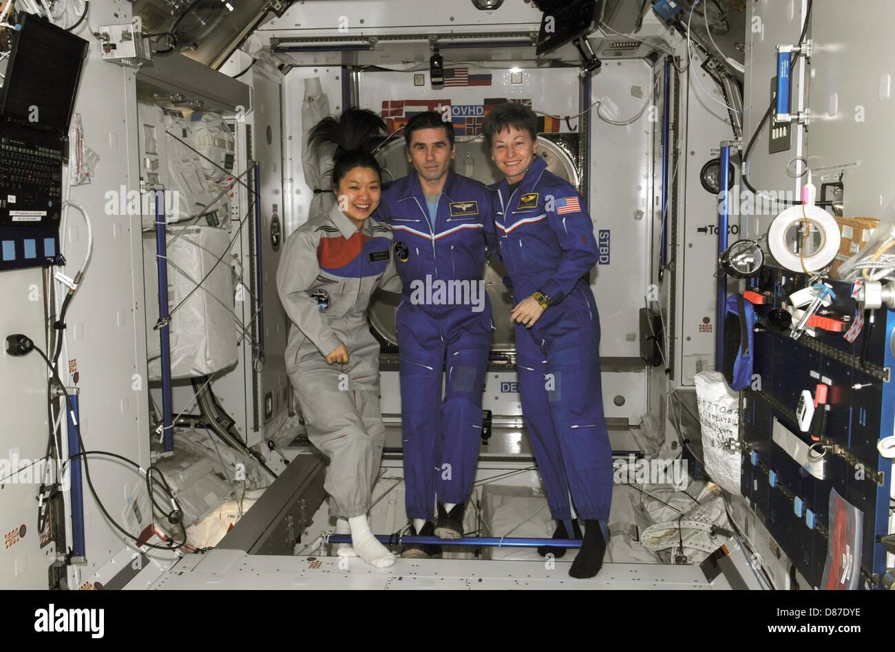 Yi Malenchenko Whitson at ISS 08Apr17 (NASA-ISS016-E-036365).jpg - Stock Image