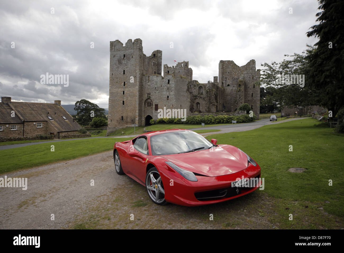 FERRARI 458 ITALIA CAR & BOLTON CASTLE BOLTON NORTH YORKSHIRE ENGLAND 28 July 2012 - Stock Image