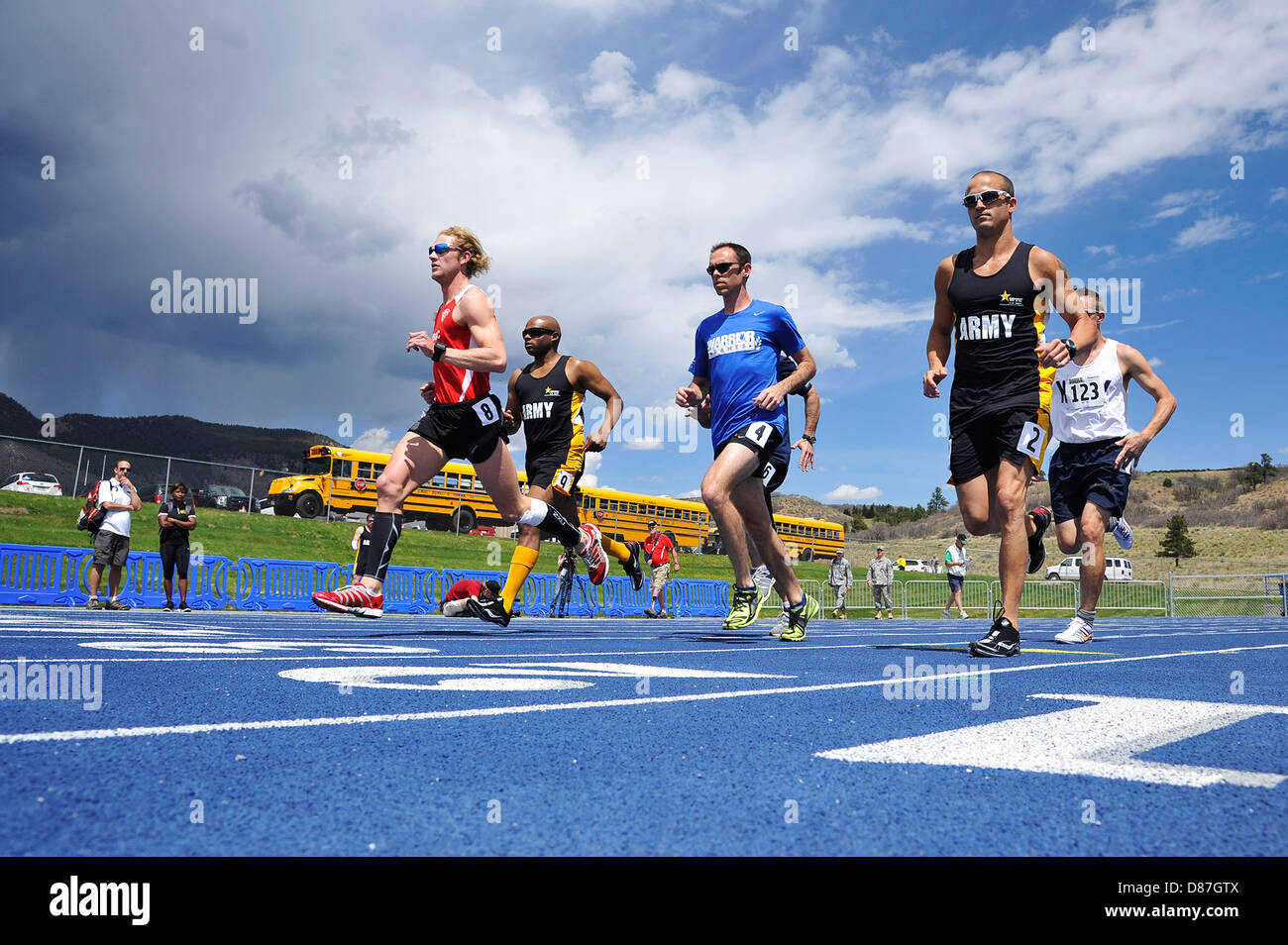 injured, ill or wounded service members and veterans athletes sprint from the starting line - Stock Image