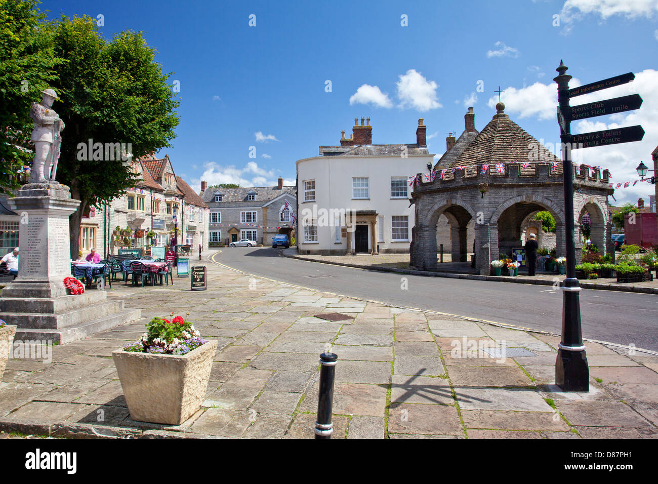The Market Square and historic Market Cross in Somerton, Somerset, England, UK - Stock Image