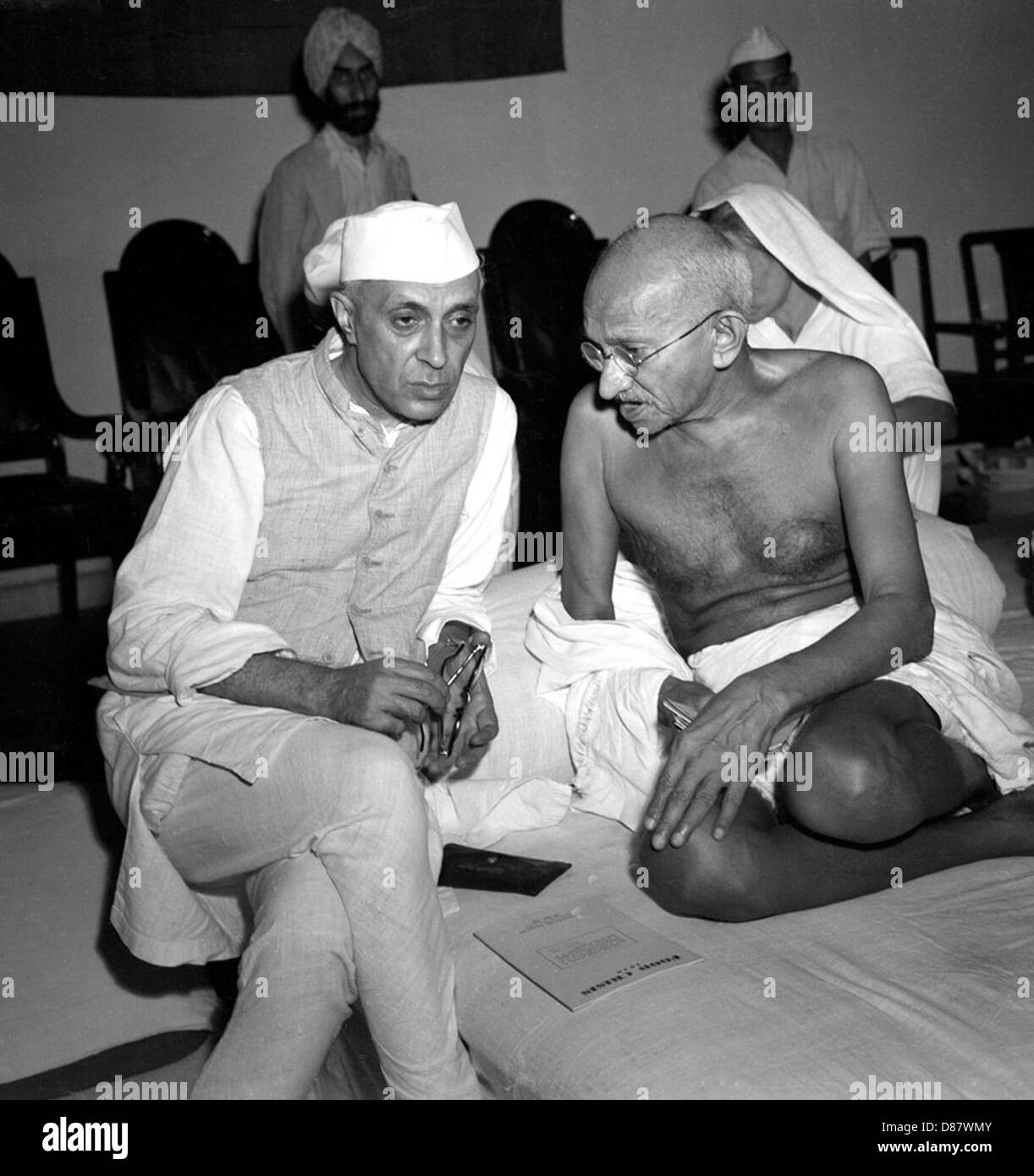 JAWAHARLAL NEHRU at left with Mahatma Gandhi, Indian independence leaders, in 1942 - Stock Image