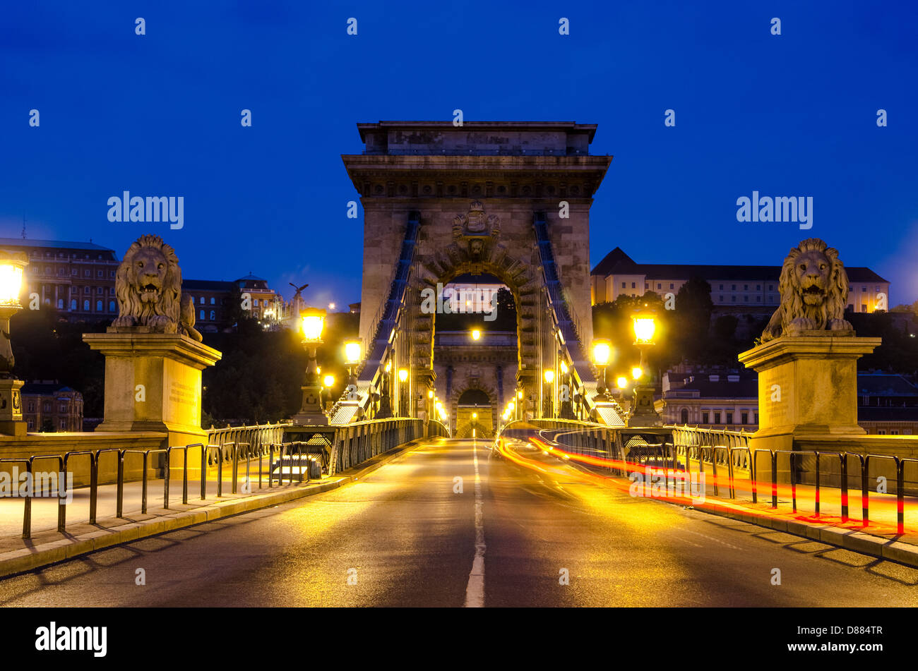 Night view of the famous Chain Bridge in Budapest, Hungary. - Stock Image