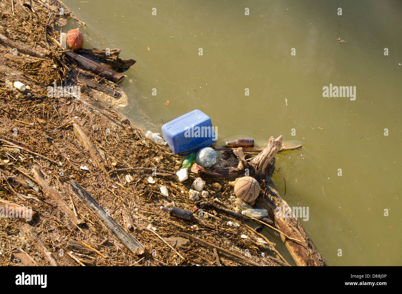 Tennessee, Cumberland River. River views along the Cumberland between Clarksville & Kuttawa. Trash floating - Stock Image