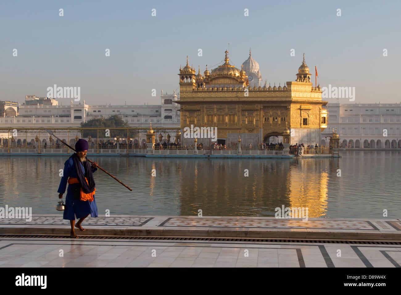 India, Punjab, Amritsar. golden Temple, Holy man visiting complex - Stock Image