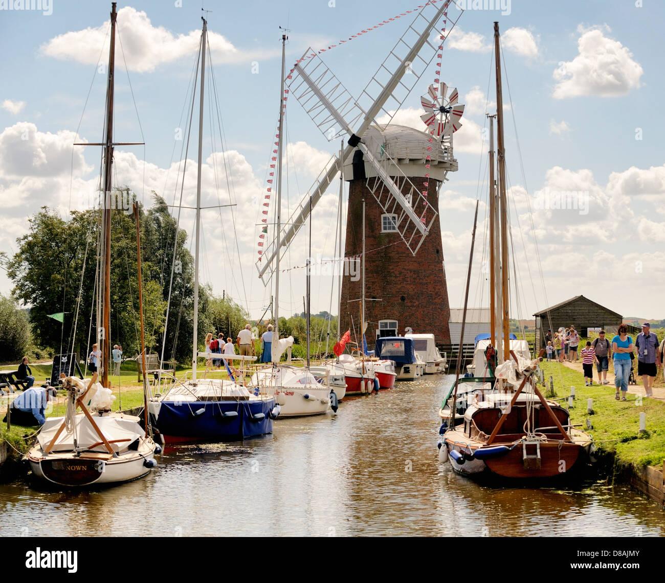 Horsey windpump drainage windmill near Great Yarmouth, Norfolk, England. Pleasure boats at Horsey Mere. Summer - Stock Image