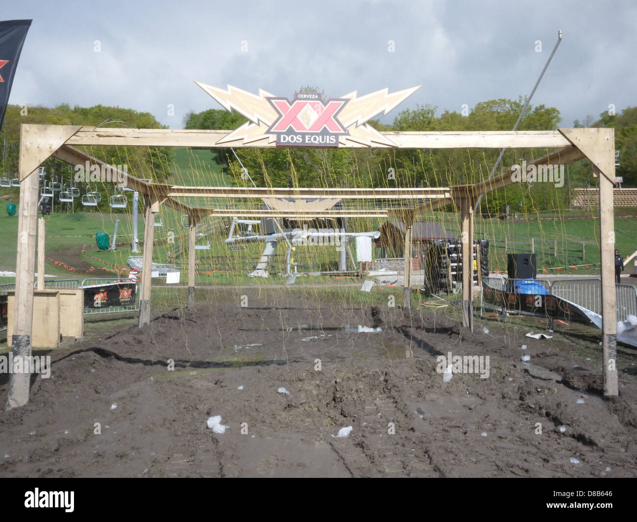 electric wire obstacle tough mudder - Stock Image