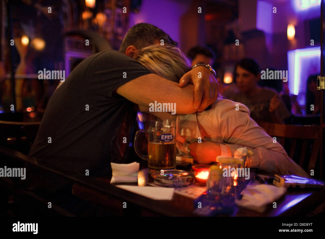 A couple embracing in a bar, Nightlife in Beyoglu, Istanbul, Turkey - Stock Image