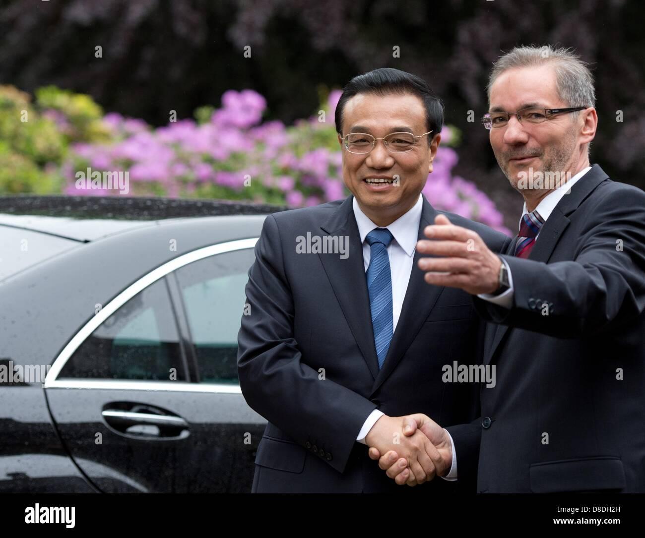 Premier of Brandenburg Matthias Platzeck greets Premier of China Li Keqiangoutside of the Cecilienhof in Potsdam, - Stock Image