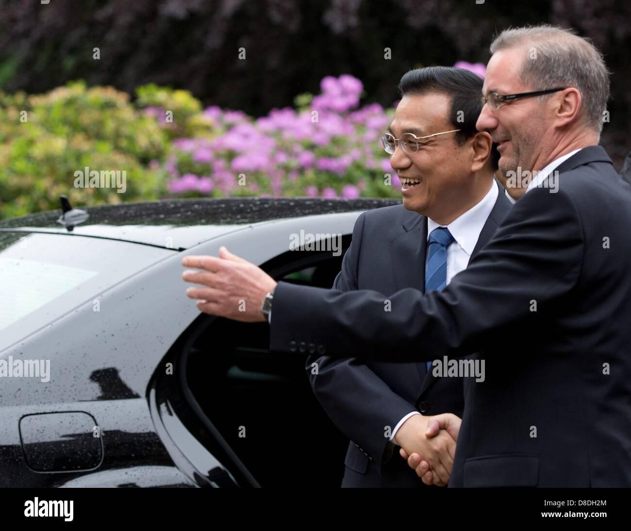 Premier of Brandenburg Matthias Platzeck (R) greets Premier of China Li Keqiangoutside of the Cecilienhof - Stock Image