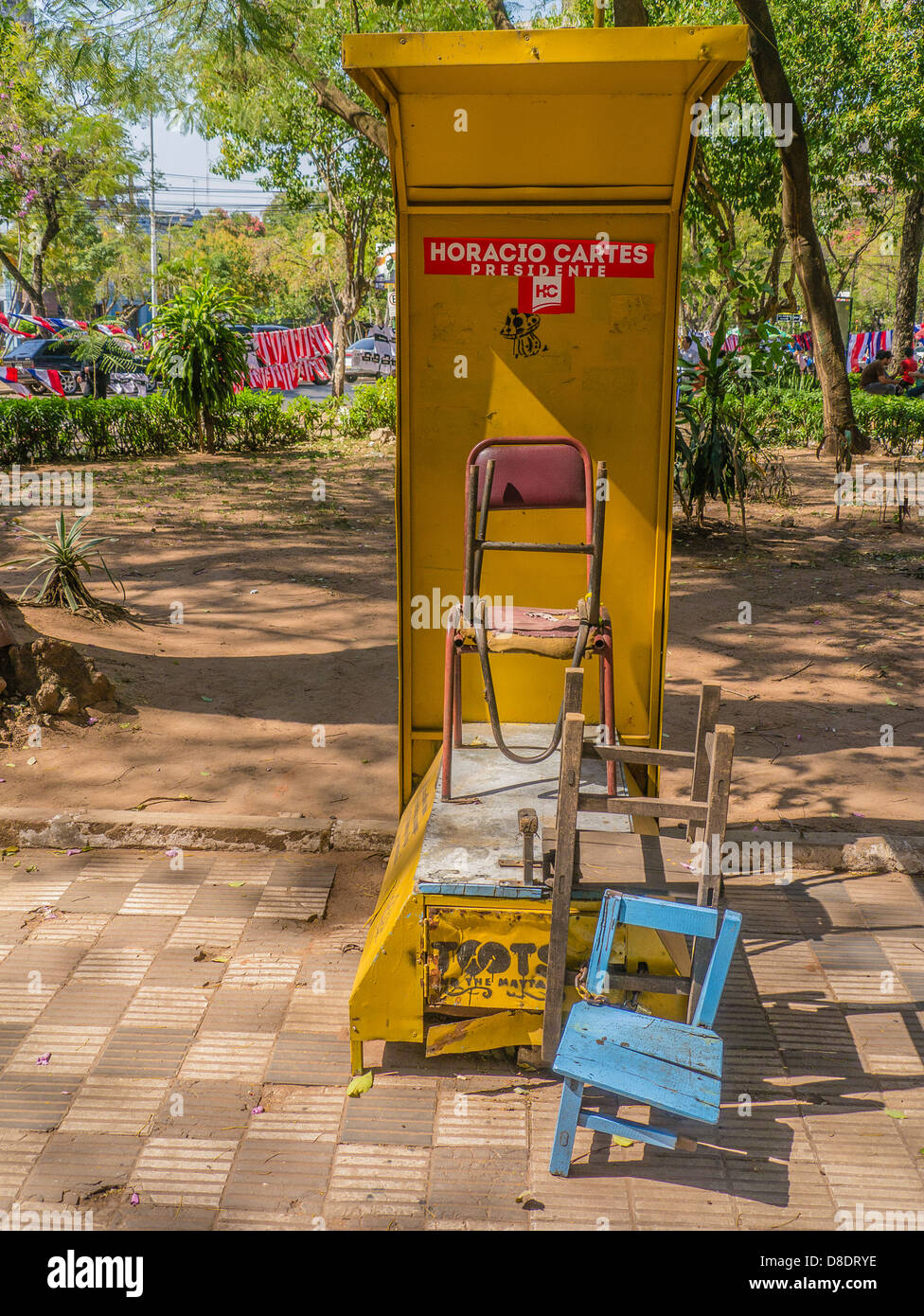 An unoccupied shoe shine stand in the city of Asunción, Paraguay early in the morning before it is open for - Stock Image