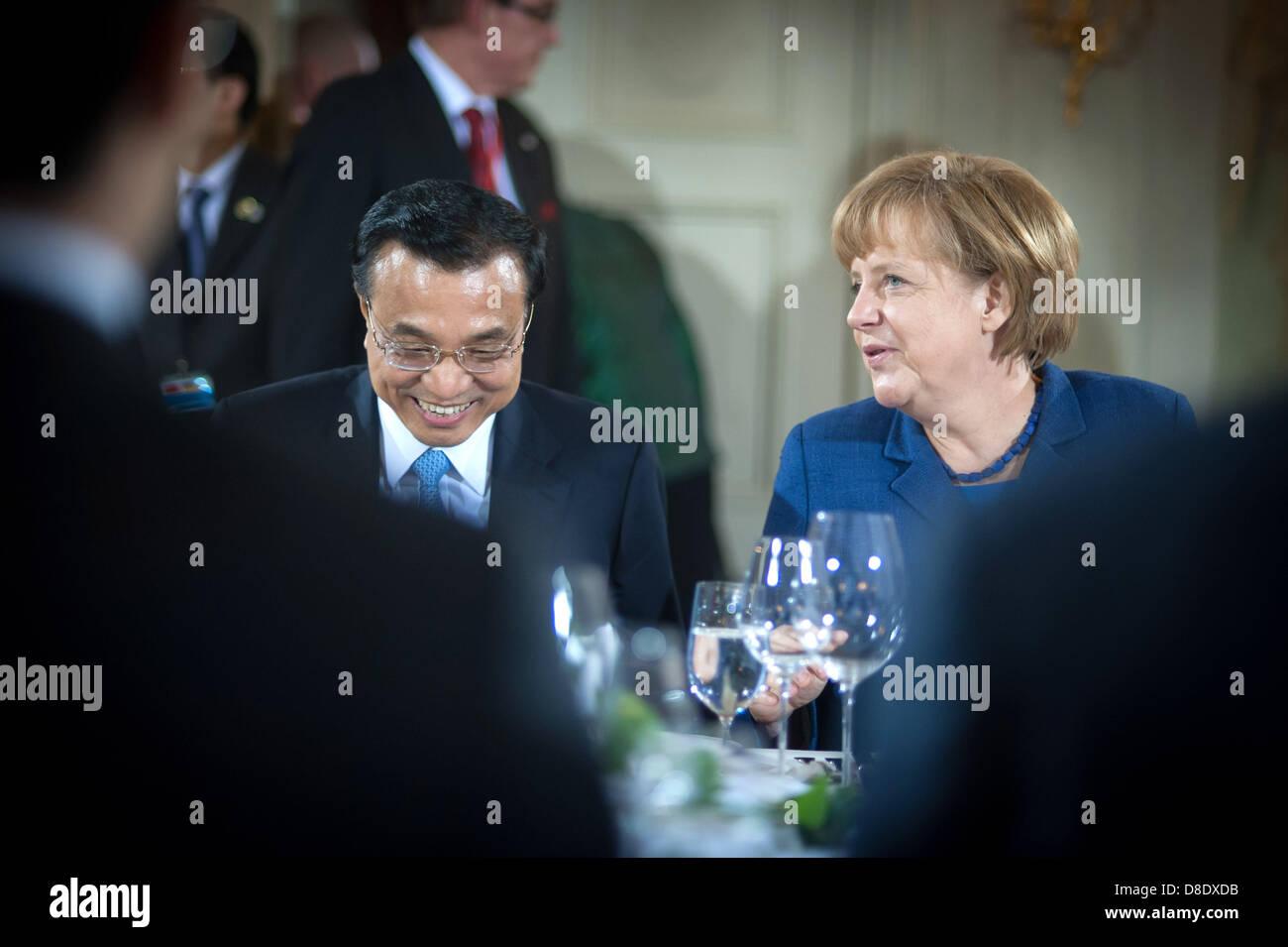 Bundeskanzlerin Angela Merkel und der chinesische Ministerpräsident Li Keqiang unterhalten sich am 26.05.2013 zu Stock Photo