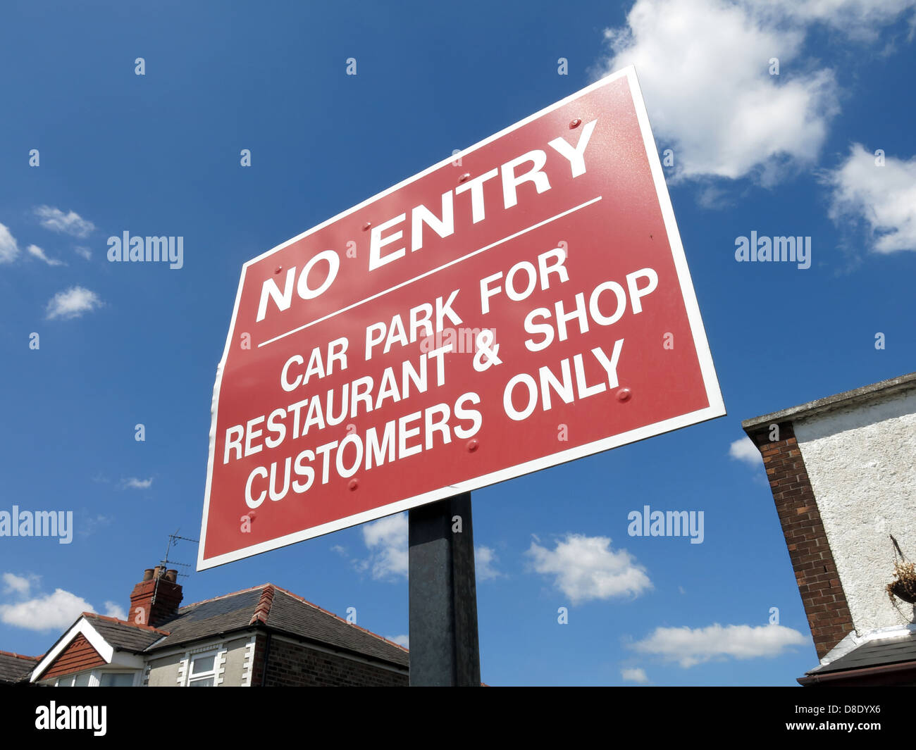 Red No entry Sign preventing parking to restrict to just hop and restaurant customers only Stock Photo