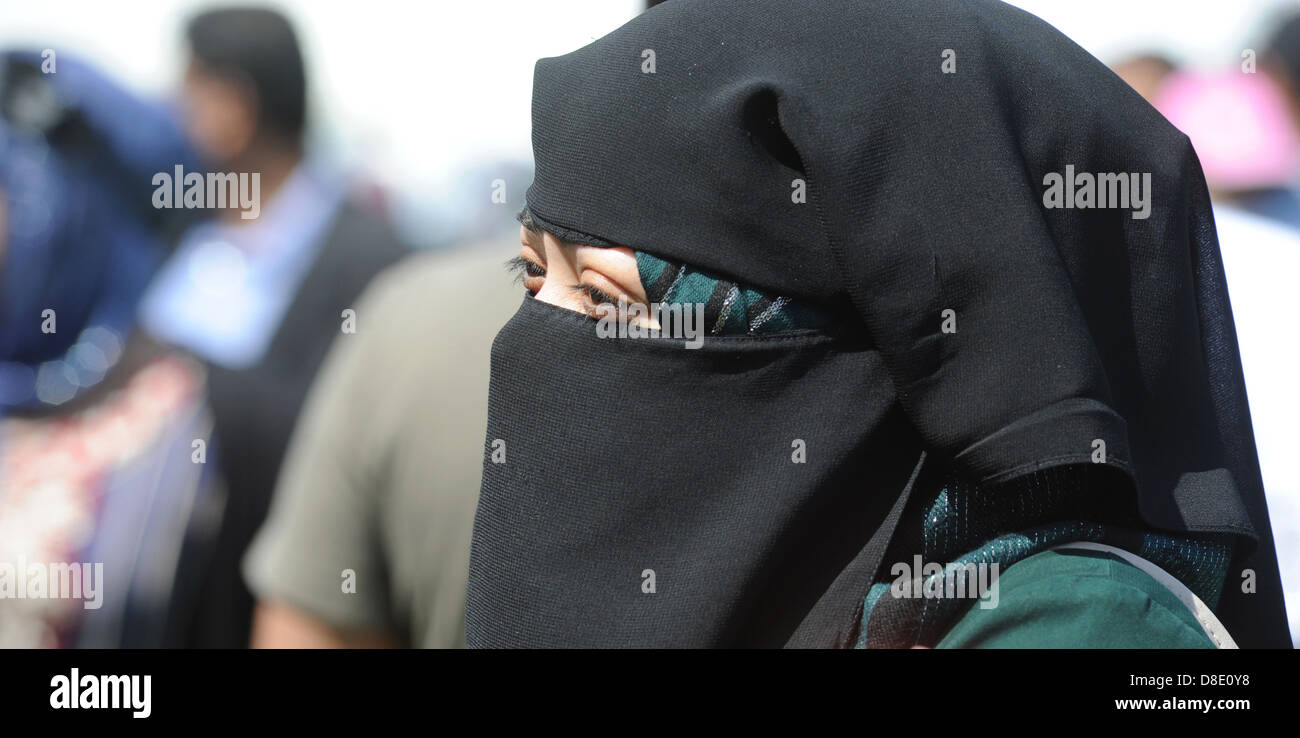 WOMAN WEARING BURKA HEADWEAR RE ETHNIC MINORITY MUSLIM ISLAM FOREIGN IMMIGRANTS IMMIGRATION RELIGION RELIGIOUS BELIEFS - Stock Image