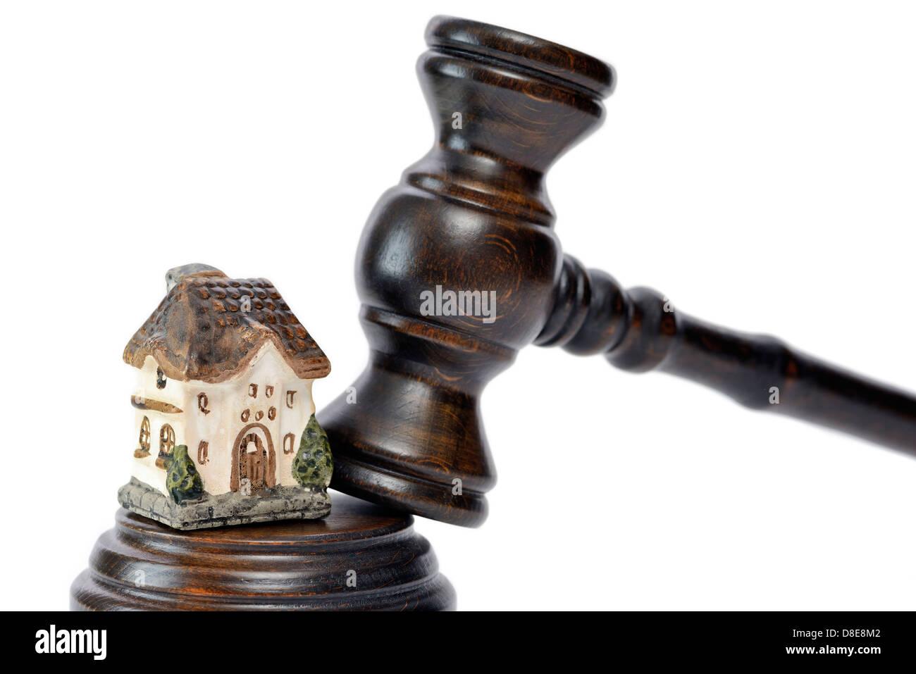 Gavel and miniature house symbol photo foreclosure - Stock Image