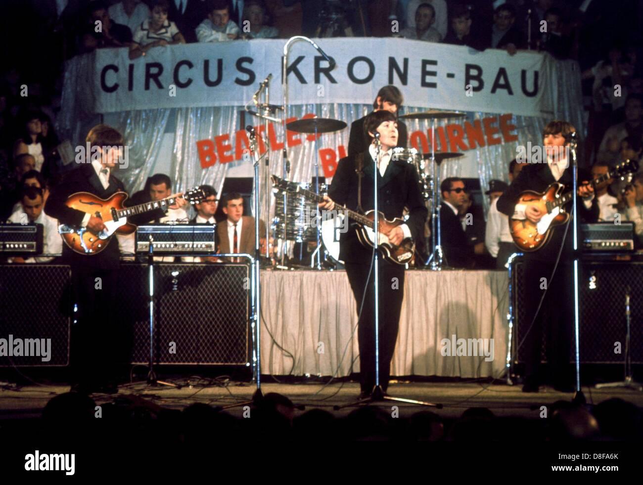 Die Beatles, (l-r) George Harrison, Paul McCartney, John Lennon und im Hintergrund am Schlagzeug Ringo Starr, treten - Stock Image