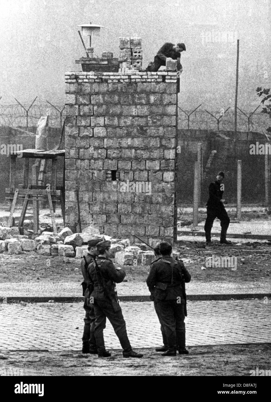 DDR-Grenzbeamte im Oktober 1967 beim Bau eines massiven Beobachtungsturms am Lohmühlenplatz gegenüber dem Westberliner Bezirk Neukölln. Stock Photo