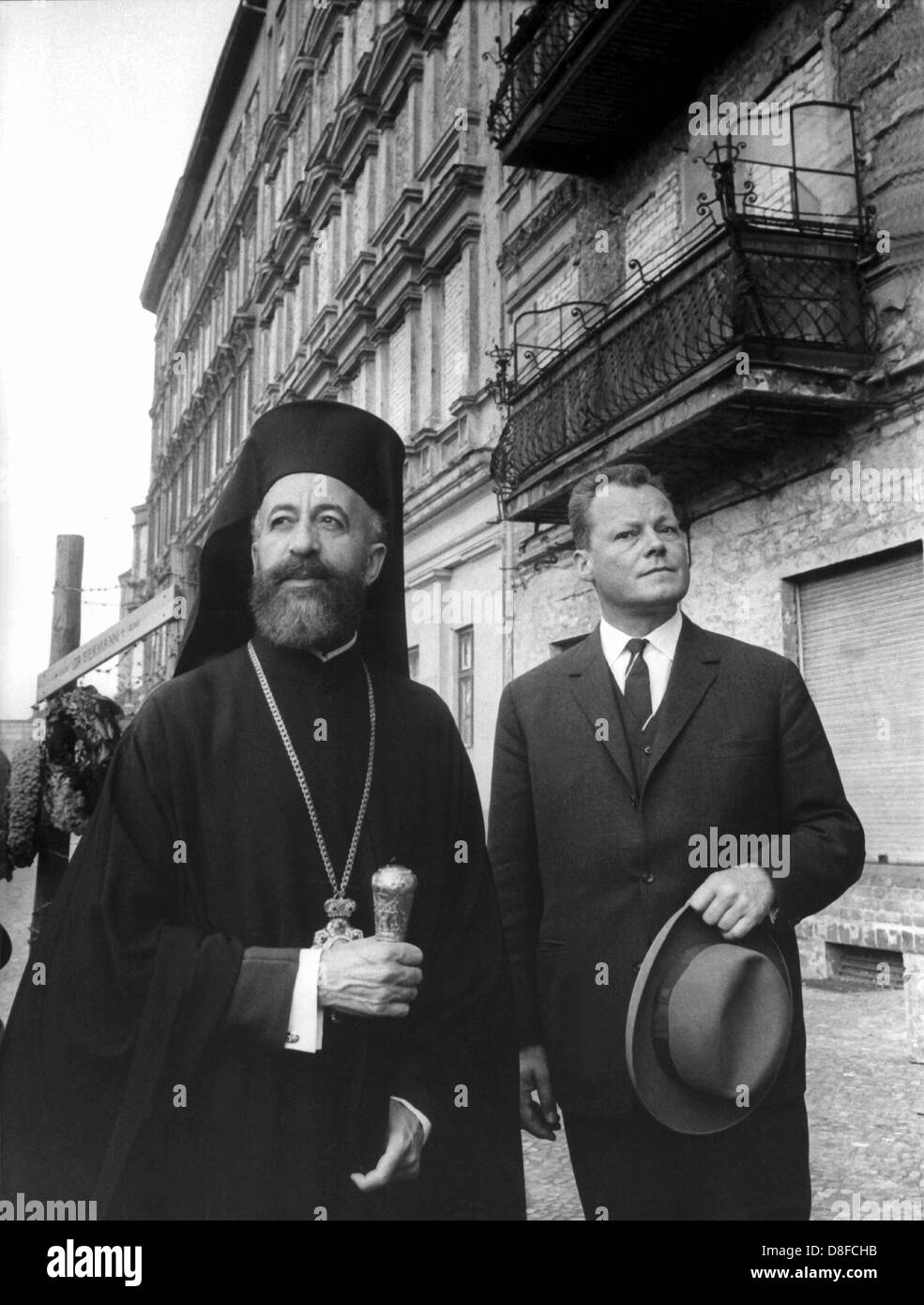 Cypriot Archbishop Makarios and Berlin's Lord Mayor Willy Brandt (R) visit the walled-in houses standing directly - Stock Image