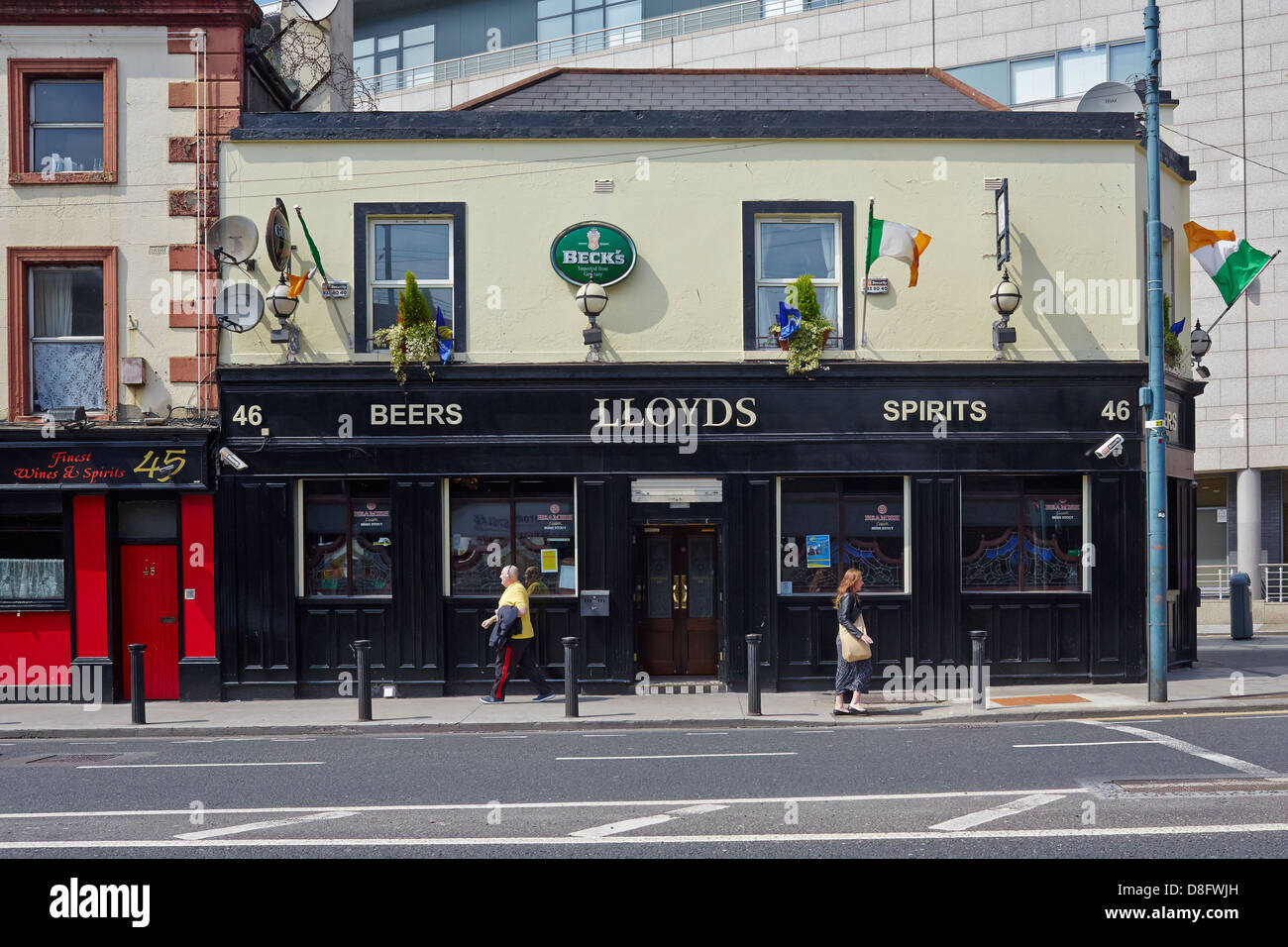 Traditional Dublin city pub  located near the railways and docks.  Amiens Street, Dublin, Republic of Ireland - Stock Image