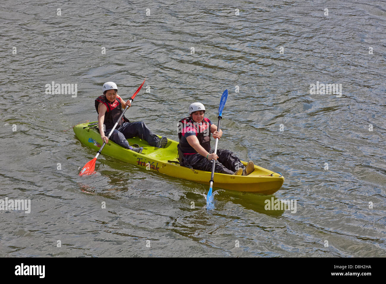 Holidaymakers paddling a TRI-YAK canoe on the River Liffey in Dublin city centre. Dublin, Ireland - Stock Image