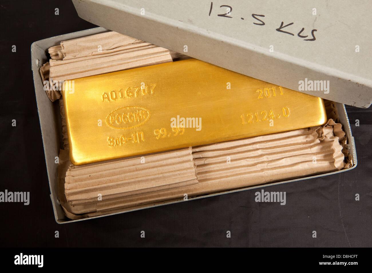 Gold bar ingot in Hatton Garden Gold Dealer London England Photo Credit: David Levenson - Stock Image
