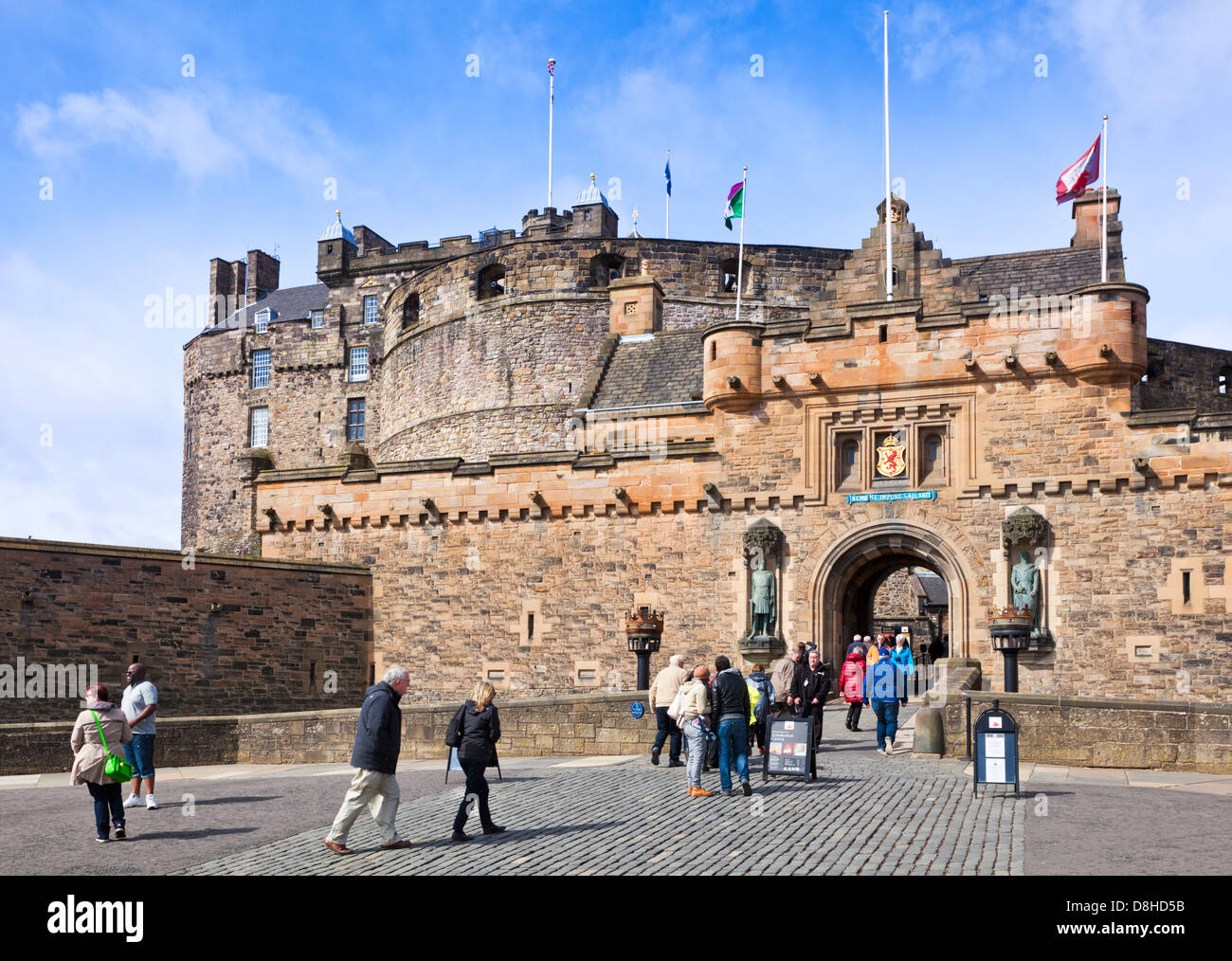 Edinburgh scotland edinburgh Tourists outside the entrance to Edinburgh Castle in the Old Town Edinburgh Midlothian - Stock Image