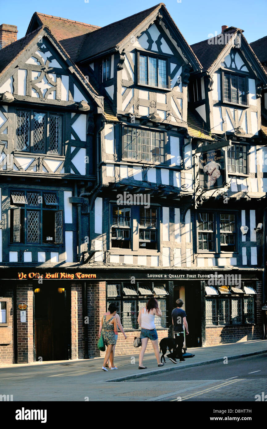 Ye Olde Bull Ring Tavern where King Street joins the Bull Ring. Ludlow, Shropshire, England. Old Tudor style half - Stock Image