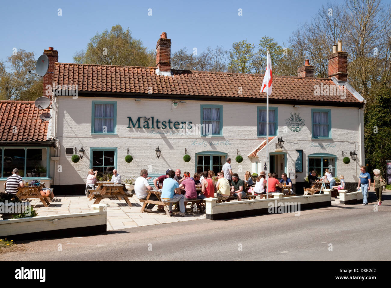 Norfolk Broads pubs inns -  people drinking outside The Maltsters Pub, Ranworth, Norfolk, East Anglia, UK - Stock Image