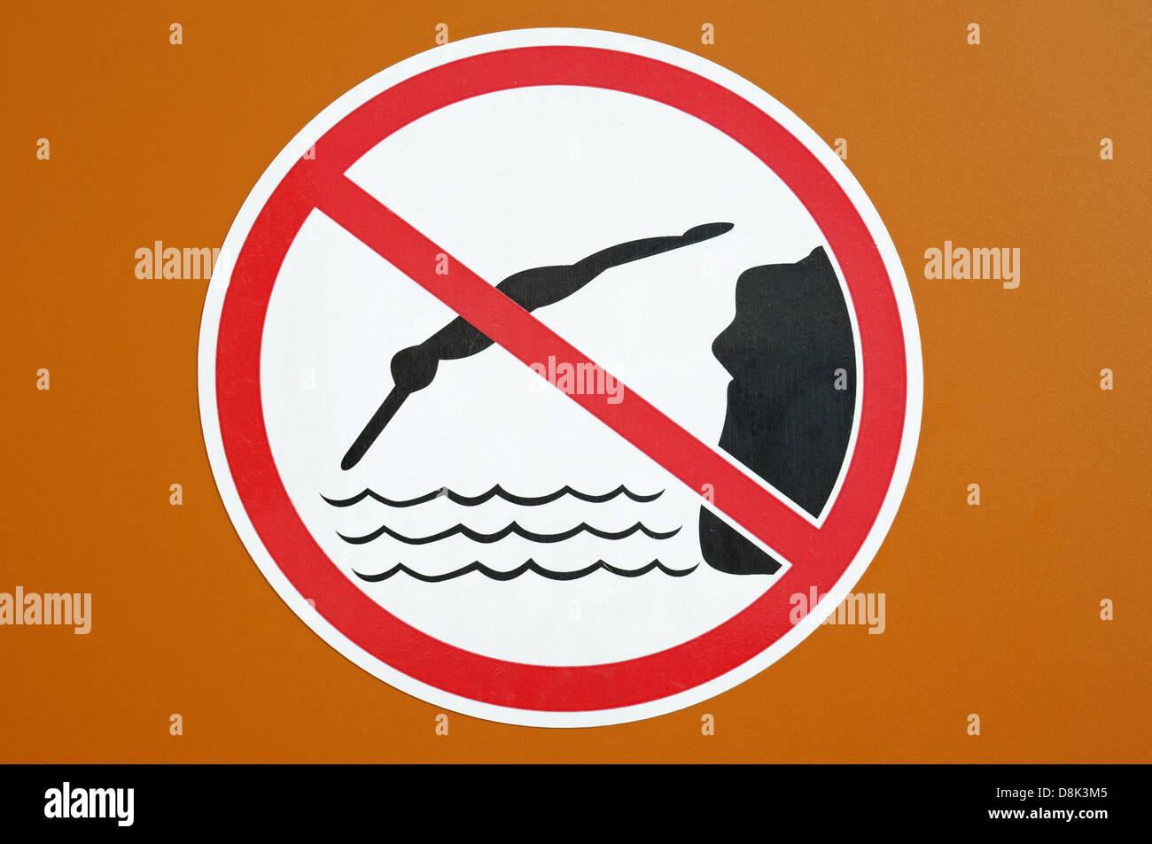 ins Wasser springen verboten - Stock Image