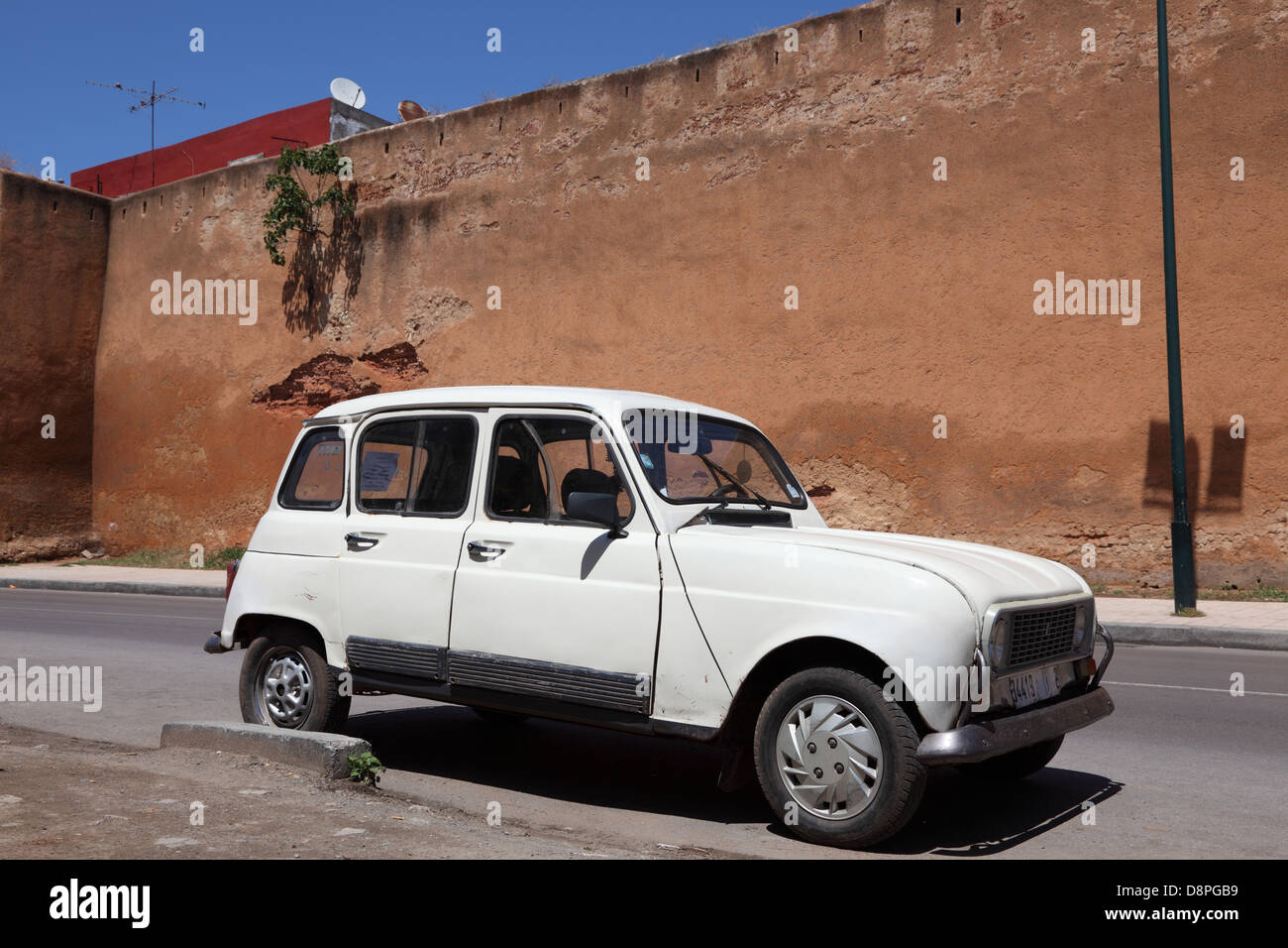 garage renault salon de provence Old Renault R4 in the old town of Rabat, Morocco - Stock Image