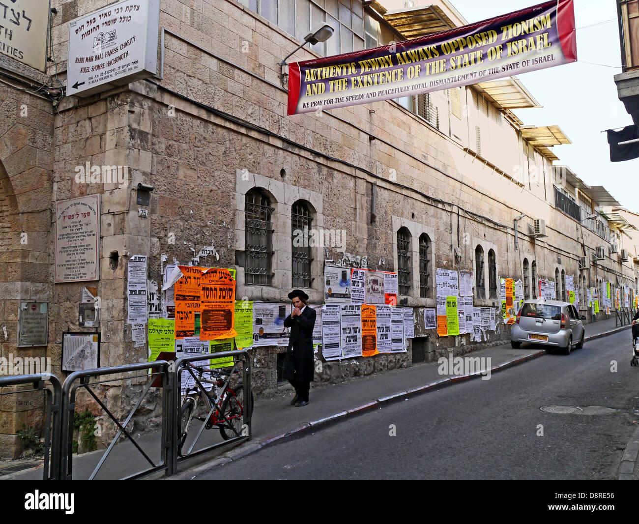 Anti-Zionist banner in Meah Shearim Jerusalem - Stock Image