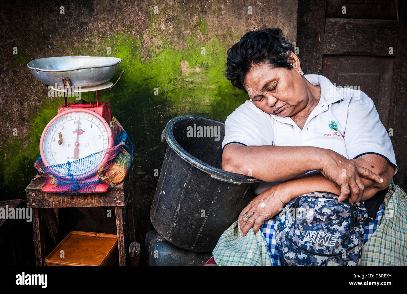 Woman having a nap waiting for clients, Carbon market, Cebu, Philippines, South East Asia - Stock Image