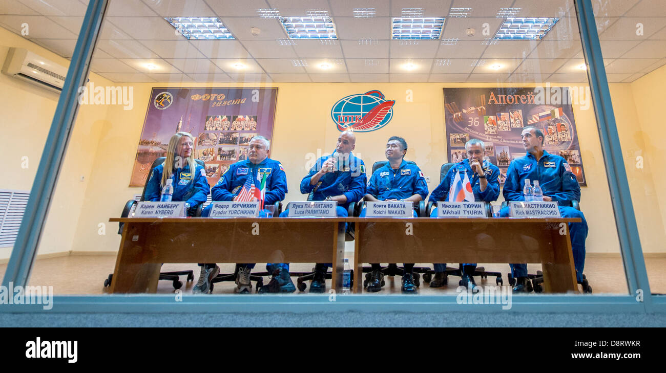 Expedition 36/37 crew members from left: Flight Engineer Karen Nyberg of NASA, Soyuz Commander Fyodor Yurchikhin - Stock Image