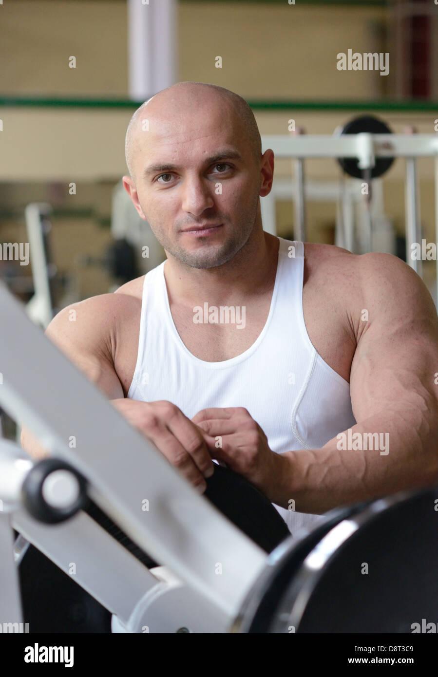 bodybuilder in gym - Stock Image