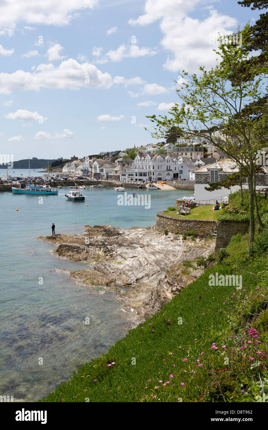 ST. MAWES, Great Britian. A beach in front of St. Mawes town. - Stock Image