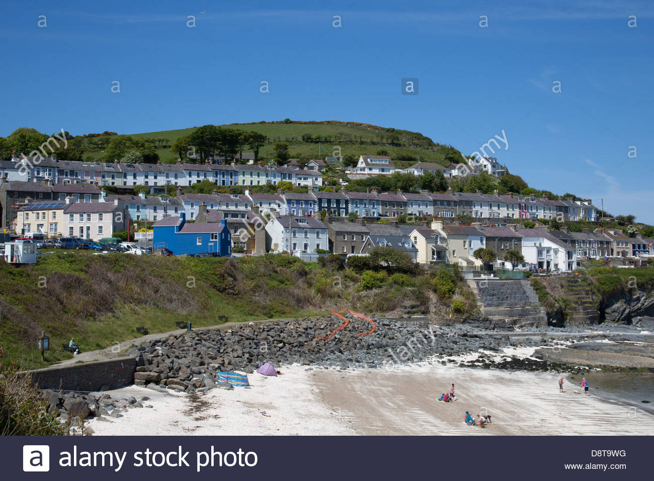 New Quay (Cei Newydd) beach and pastel painted terrace houses - Stock Image