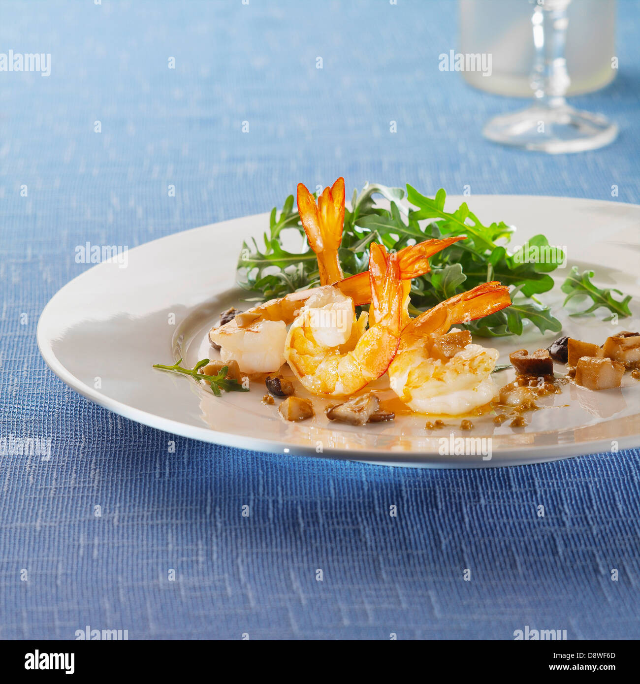 Roasted shrimps and mushrooms with rocket lettuce - Stock Image