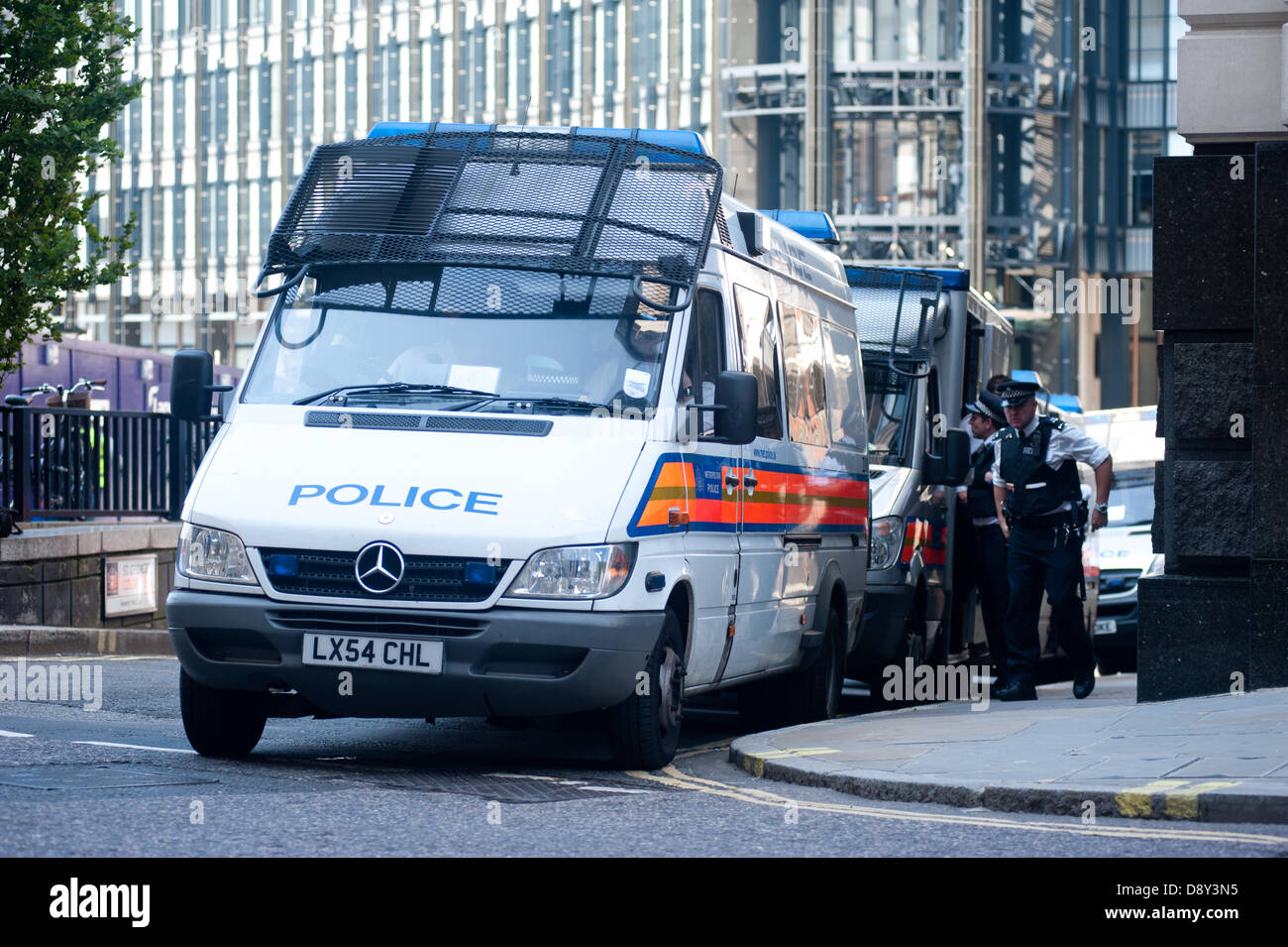 London, UK. 6th June 2013. Police gather at the Old Bailey on the day of the sentencing of six men pleaded guilty - Stock Image