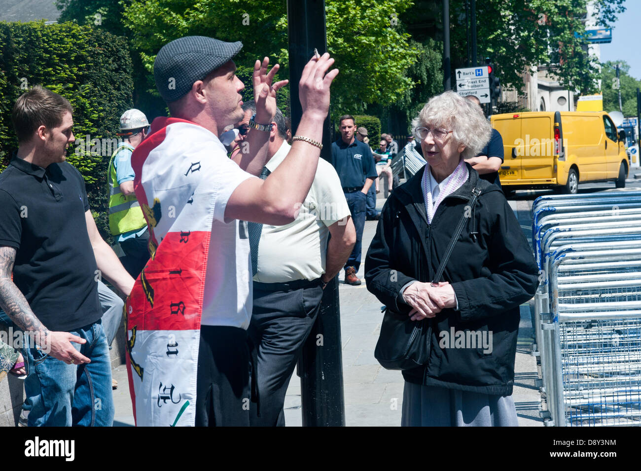 London, UK. 6th June 2013. an old lady talks to an english Defence League supporter during a rally at the Old Bailey - Stock Image