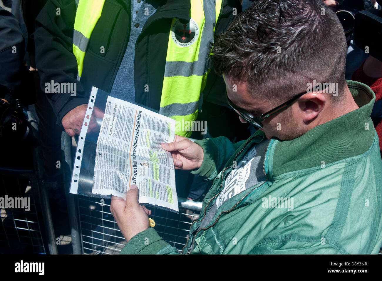London, UK. 6th June 2013. English Defence League (EDL) leader Tommy Robinson reads an article on the Evening Standard - Stock Image