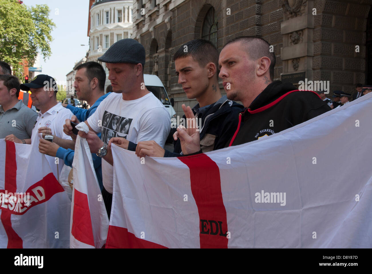 London, UK. 6th June 2013. EDL activists await news of the trial of six Islamic Extremists who attempted to blow - Stock Image