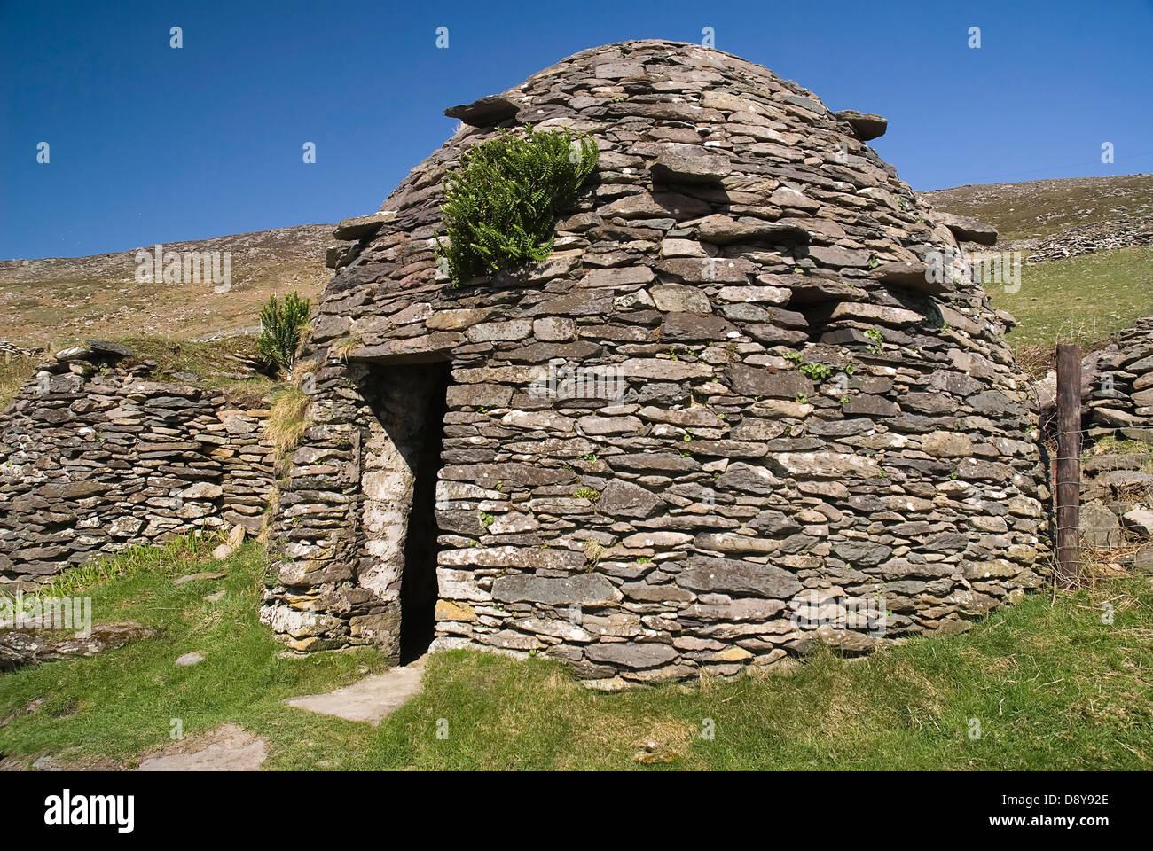 Beehive hut in the Fahan Group Destination Destinations Eire European History Historic Ireland Irish Northern Europe - Stock Image