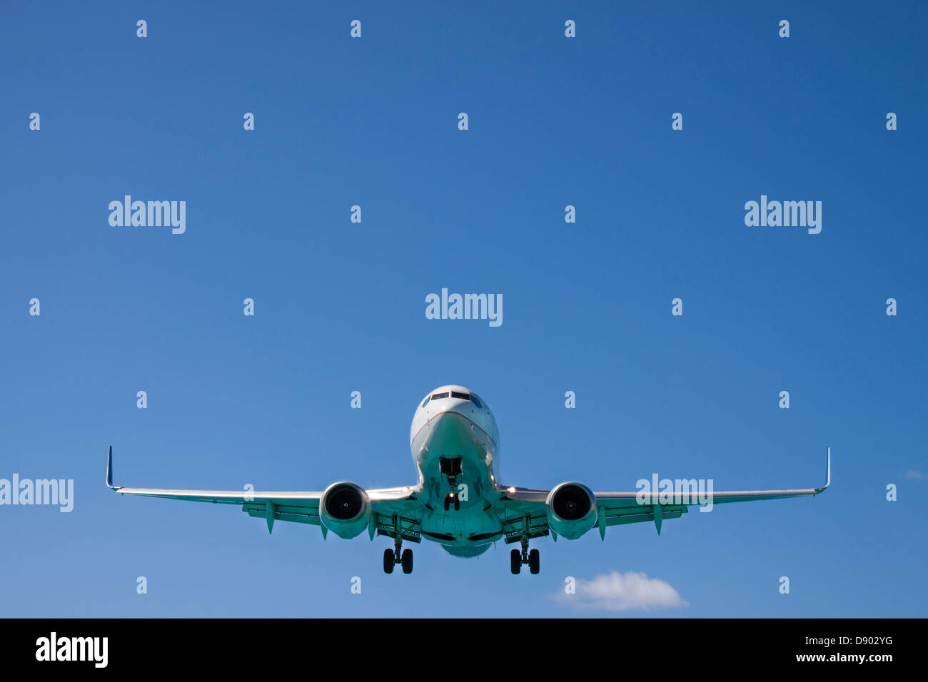 Boeing 737 Jet of United Airlines Approaching Princess Juliana International Airport over Maho Beach on St. Marten - Stock Image