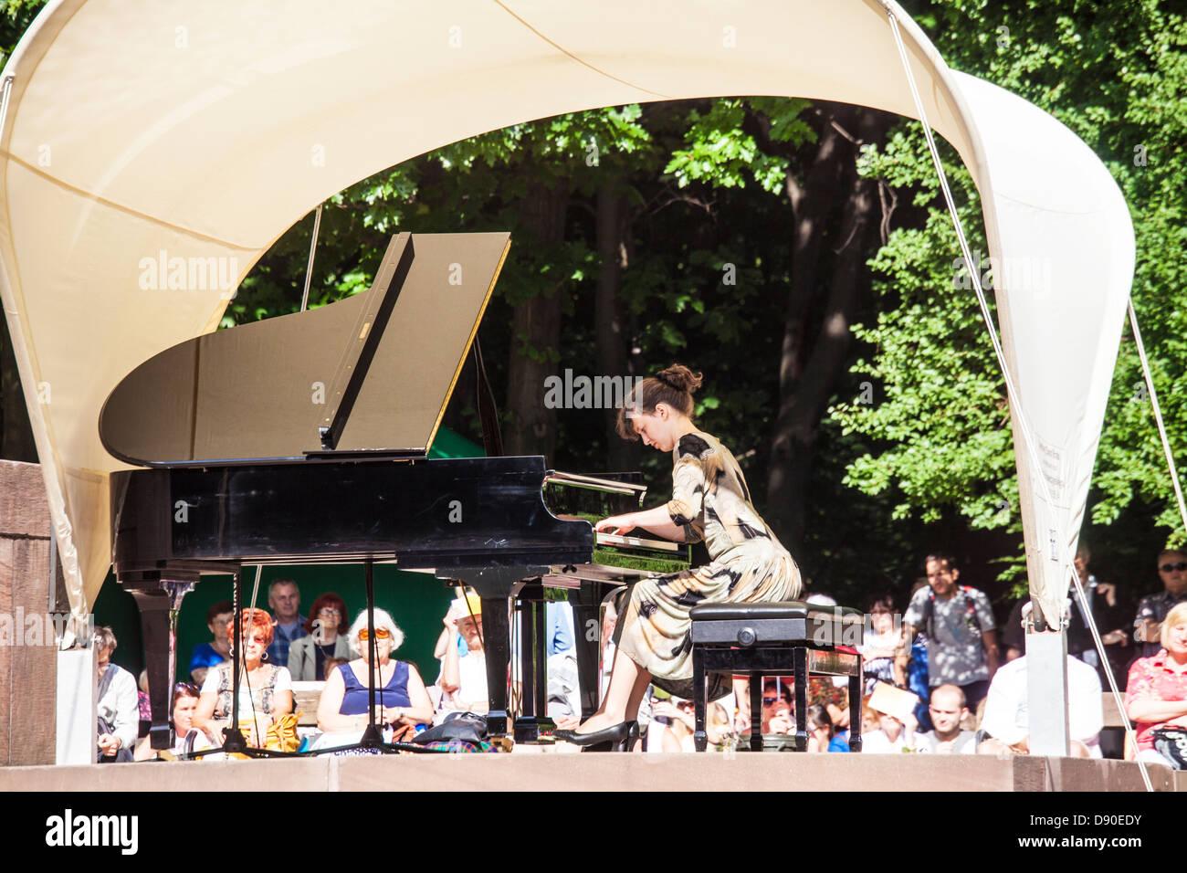 Pianist Katarzyna Hajduk-Konieczna performs a Chopin recital in the Lazienki Park in Warsaw. - Stock Image