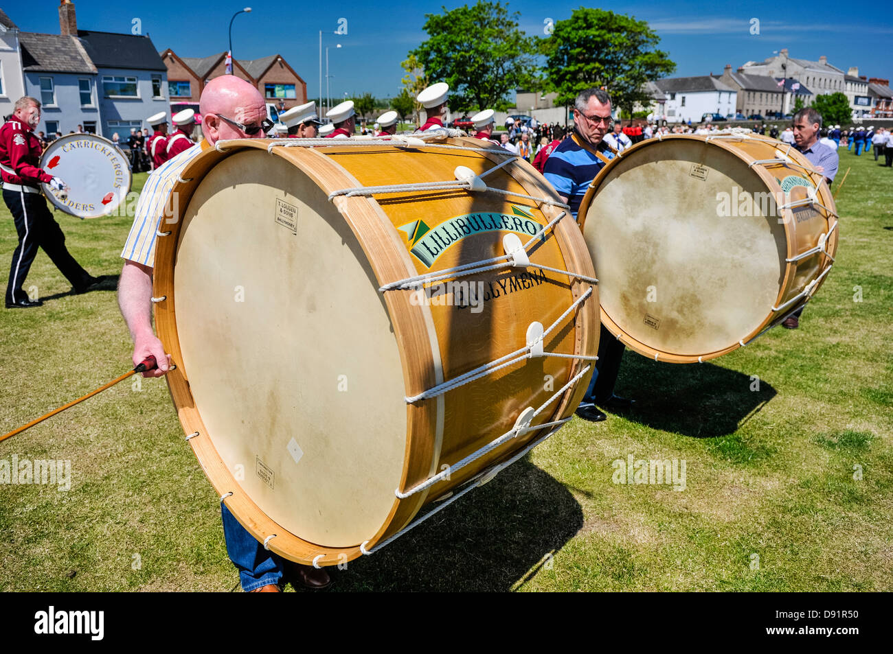 Men play traditional Irish Lambeg drums, commonly associated with Ulster Protestants - Stock Image