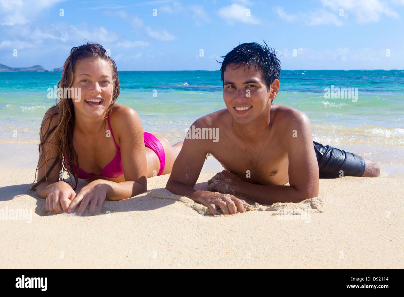 mixed couple at the beach in hawaii - Stock Image